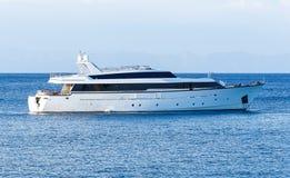 Luksusowy intymny motorowy jacht pod sposobem na tropikalnym morzu z łęk fala Obraz Royalty Free