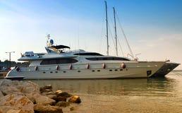 Luksusowy intymny motorowy jacht zdjęcie royalty free