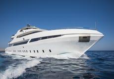 Luksusowy intymny motorowy jachtu żeglowanie przy morzem Obraz Stock