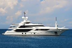 Luksusowy jacht żegluje przy dennym, bocznym widokiem, fotografia royalty free