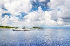 Luksusowy jacht blisko linii brzegowej Fotografia Stock