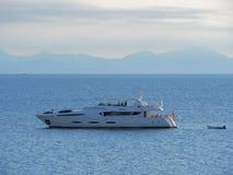 Luksusowy jacht blisko wybrzeża święty, Francja Obraz Stock