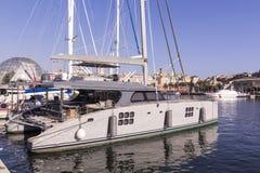 Luksusowy jacht cumujący Zdjęcie Royalty Free