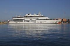 Luksusowy jacht cumujący na schronieniu Zdjęcia Royalty Free