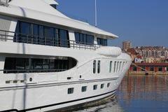 Luksusowy jacht cumujący na schronieniu Fotografia Royalty Free