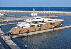 Luksusowy jacht cumujący przy schronieniem Obraz Stock