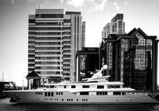 Luksusowy jacht i drapacze chmur Zdjęcie Royalty Free