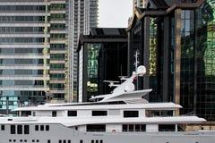 Luksusowy jacht i drapacze chmur Zdjęcia Stock