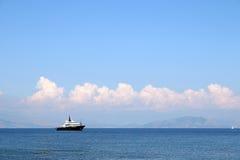 Luksusowy jacht na dennej Corfu wyspie Zdjęcia Royalty Free