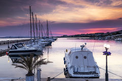 Luksusowy jacht na marina przy zmierzchem Zdjęcia Royalty Free