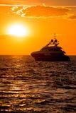 Luksusowy jacht na otwartym morzu przy złotym zmierzchem Obrazy Royalty Free