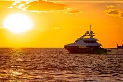 Luksusowy jacht na otwartym morzu przy złotym zmierzchem Obraz Royalty Free