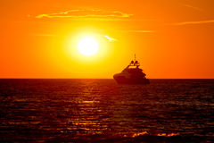 Luksusowy jacht na otwartym morzu przy złotym zmierzchem Zdjęcie Stock