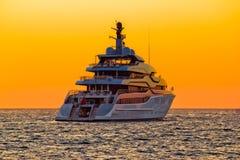 Luksusowy jacht na otwartym morzu przy zmierzchem Obrazy Royalty Free