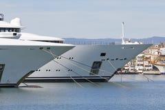 Luksusowy jacht na schronieniu Obraz Royalty Free