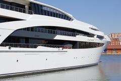 Luksusowy jacht na schronieniu Obraz Stock