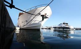Luksusowy jacht parkujący przy dokiem Zdjęcia Royalty Free