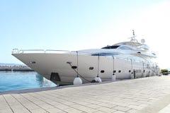 Luksusowy jacht parkujący przy dokiem Obraz Stock