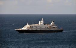 Luksusowy jacht przy morzem Zdjęcie Stock