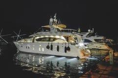 Luksusowy jacht przy nocą fotografia royalty free