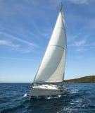 Luksusowy jacht przy ocean rasą niebieski kolor ciemno losed regaty pożeglować victora sportowych płynie do nieba Obraz Stock
