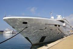 Luksusowy jacht przy schronieniem Zdjęcia Royalty Free