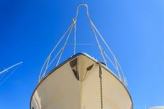 Luksusowy jacht wyrzucać na brzeg dla rocznik naprawy i usługa Fotografia Royalty Free
