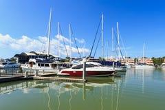 Luksusowy jacht wyrzucać na brzeg dla rocznik naprawy i usługa Obrazy Royalty Free