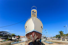 Luksusowy jacht wyrzucać na brzeg dla rocznik naprawy i usługa Zdjęcia Stock
