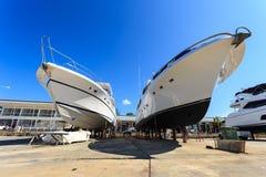 Luksusowy jacht wyrzucać na brzeg dla rocznik naprawy i usługa Zdjęcie Royalty Free