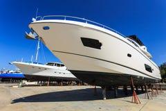Luksusowy jacht wyrzucać na brzeg dla rocznik naprawy i usługa Zdjęcie Stock