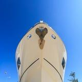 Luksusowy jacht wyrzucać na brzeg dla rocznik naprawy i usługa Obraz Royalty Free
