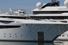 Luksusowy jacht z intymnym helikopterem Fotografia Royalty Free