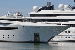 Luksusowy jacht z intymnym helikopterem Obrazy Royalty Free