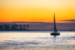 Luksusowy jachtu żeglowanie na Tagus rzece przy zmierzchem Zdjęcia Stock