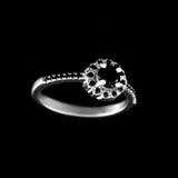 Luksusowy jewellery Białego złota lub srebra pierścionek zaręczynowy z barwionym gemstone zbliżeniem na czarnym tle Selekcyjna os Fotografia Royalty Free