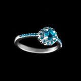 Luksusowy jewellery Białego złota lub srebra pierścionek zaręczynowy z barwionym gemstone zbliżeniem na czarnym tle Selekcyjna os Zdjęcia Stock