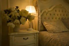 Luksusowy Królewski wnętrze Luksusowy łóżko z poduszki i stojaka lampą Obraz Royalty Free