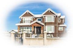 Luksusowy mieszkaniowy dom w śniegu na zima słonecznym dniu w Kanada obraz royalty free