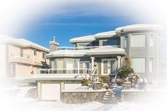 Luksusowy mieszkaniowy dom z dwoistym garażem na zima słonecznym dniu fotografia stock