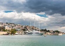 Luksusowy motorboat przy dokiem Marina Zeas, Piraeus, Grecja Fotografia Stock