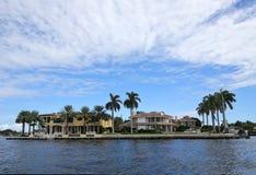Luksusowy nabrzeże stwarza ognisko domowe otacza wodą i drzewkami palmowymi zdjęcie stock