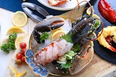 Luksusowy naczynie błękitny homar piec i dekorował z wiele rzeczami o fotografia royalty free