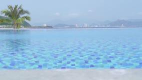 Luksusowy nieskończoność basen w hotelu w kurorcie na błękitnym morza i miasta panoramy tle Basen w luksusowym hotelu z widokiem zbiory