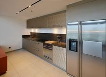 Luksusowy nowożytny kuchenny teren i dekoracja przy nocą na condominiu zdjęcia royalty free