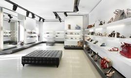 Luksusowy obuwiany sklep z jaskrawym wnętrzem Obrazy Royalty Free