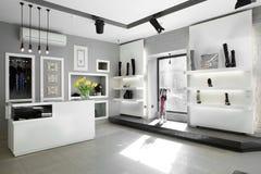 Luksusowy obuwiany sklep z jaskrawym wnętrzem Zdjęcie Royalty Free