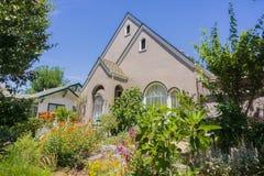 Luksusowy ogród przed domem Obrazy Royalty Free