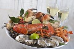 Luksusowy owoce morza półmisek z homarem, ostrygą i białym winem, Zdjęcie Royalty Free
