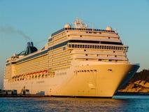 Luksusowy pływa statkiem statek przygotowywający żeglować daleko od. lewica wędkujący widok Obrazy Stock